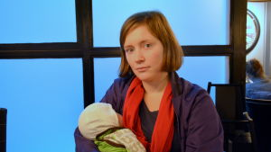 Anna Lumme håller i sin baby.