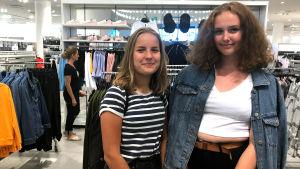 Två flickor i en klädbutik