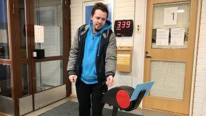 Inarinsaamenkielinen Mikkal Morottaja ottamassa vuoronumeron Kelan toimistolla