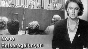 Östtyska tv-nyheter kungör de nya resereglerna den 9 november 1989.