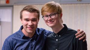Två unga män ler mot kameran.