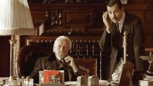 Kapten Pradelle och Edouards far vid ett imponerande skrivbord som andas makt.