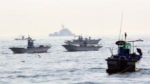 Spänningen är hög i farvattnen kring Nordkorea. Här skyddas fiskebåtar av ett sydkoreanskt stridsfartyg