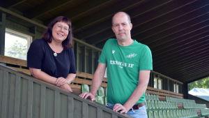 Tove Gustafsson och Kim Malmberg står i en trappa och tittar in i kameran.