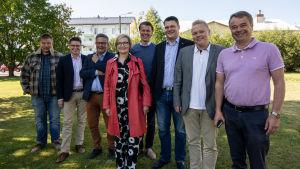Juha Mäenpää (Sannf), Mikko Ollikainen (SFP), Anders Norrback (SFP), Paula Risikko (Saml), Pasi Kivisaari (C), Mikko Savola (C), Antti Kurvinen (C) och Janne Sankelo (Saml).