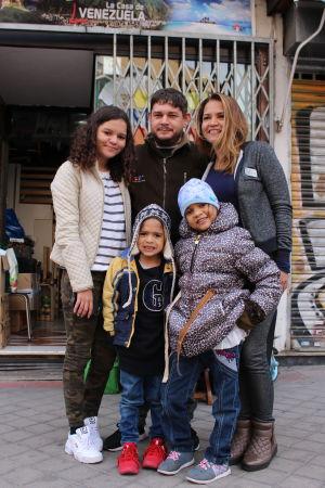 Familjen Bellomo fotograferad utanför Casa de Vene