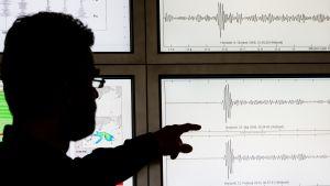 Geofysiker Gernot Hartmann visar mätresultat efter nordkoreanska k-vapentest.