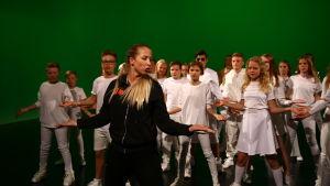Koreografen Jessica Öller undervisar MGP-dansarna.