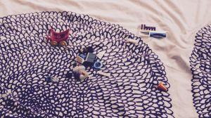 Leksaker på en säng.