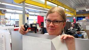 kvinna i kiosk