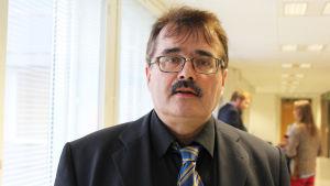 Juha Regelin försvarar de åtalade i tvisten kring företagarna i hamnen, oktober 2015