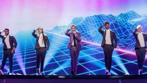 Robin Bengtsson framför sitt nummer på Eurovisionsscenen.