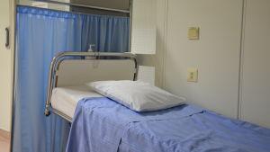 Sjukhussäng i korridor.