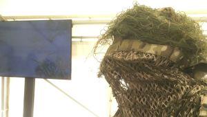 En kamouflagemask som visas upp på ett evenemang som marknadsför försvarsindustrins produkter.