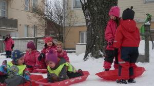 Barnabo daghem i Jakobstad har en egen pulkbacke på tomten