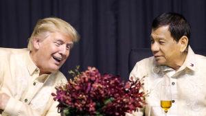 Presidenterna Donald Trump och Rodrigo Duterte samtalar under Asean-toppmötet i Manila.
