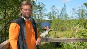 Henrik Jansson framför sjön i Kurjenrahka Nationalpark