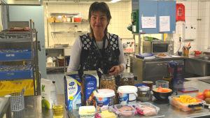 """Christel Enholm serverar frukost på """"föris"""" i Borgby skola"""