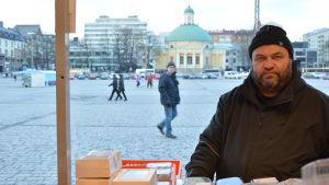 Tapio Tanninen är torgförsäljare på Salutorget i Åbo