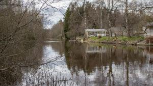 En å, hus och bryggor.