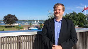 Elias Lindström i närheten av Östra hamnen i Mariehamn.