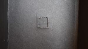 En svart insida av en låda, med ett pyttelitet nålstort hål i mitten.