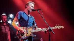 Sting lavalla basson kanssa. Kuva Pariisin-konsertista 2017.
