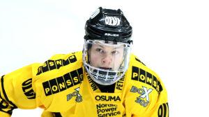 Alexander Ruuttu i KalPas tröja.