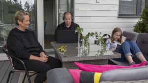 Äiti Johanna Virta, isä Dick Johansson ja teinitytär Lydia Johansson yhdessä omalla terassillaan.