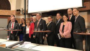Gruppfoto på representanter för Sveriges Försvarsberedning.