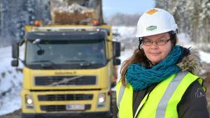 Kirsi Pätsi vid vägbygget.