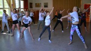 Dansande kursdeltagare
