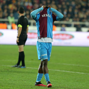 Trabzonspors Caleb Ekuban har missat en målchans.