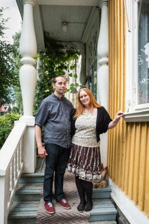 Kati Paananen ja Teemu Paananen kotitalonsa kuistilla Varkauden puutalokaupunginosassa