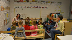 S:t Karins svenska förskola med Maria Engblom som läser högt