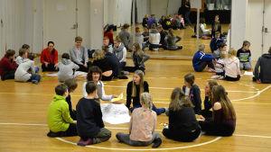 Elever i grupp som planerar och funderar kring den nya skolan.
