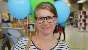 Nainen Kuopion kaupunginkirjastossa.