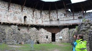 kvinnor ser på slottsmurar i medeltida slott
