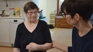 En framgångsrik rehabilitering bygger mycket på förtroende mellan klienten och vårdaren. Pirkko Paananen och Anna Cederberg har fått en fin relation.