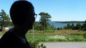 Solveig Friberg har en vacker havsutsikt från sin balkong hemma i Dalsbruk.