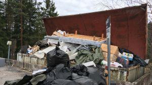 Avfall på Ingå avfallsstation.