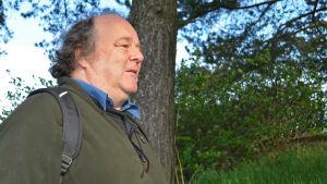 Anders Albrecht utomhus, träd och gräs