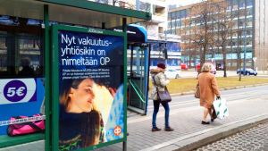 OP:n mainos bussipysäkillä Pasilassa.