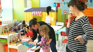 Barn och personal i dagis. Sagoläsning och fingerfärg.