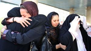 Pilgrimer på Teherans flygplats återvänder hem efter att hundratals människor blev ihjältrampande under årets hajj i Mecka.