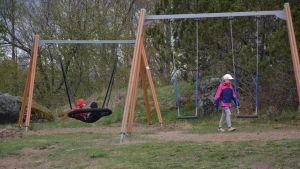 Barn leker på skolgård.