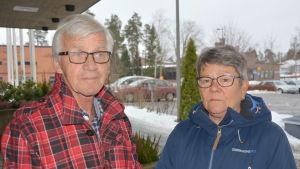 Medelålders par utanför ämbetshuset i Korsholm.