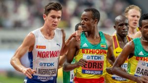 Jakob Ingebrigtsen håller i Muktar Edris när han passerar Edris.