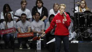 Ksenia Sobtjack uppträder vid en valtillställning.