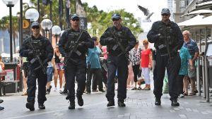 Tungt beväpnad polis patrullerar i Sydney, Australien.